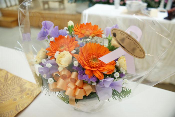 友人のお葬式にお花を持って行っても良いの?